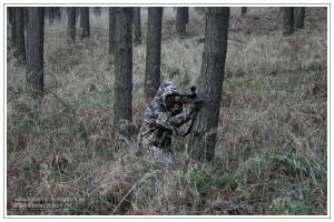 Jäger bei der Pirsch mit Tarnanzug Max-4®