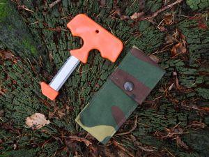 T-förmige Aufbrechsäge Sagen Saw mit Cordurascheide auf Baumstamm liegend