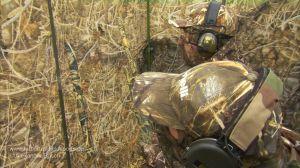 zwei Jäger bei der Krähenjagd im Tarnstand