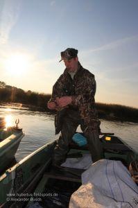 Jäger setzt Lockente aufs Wasser