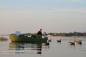 Jäger baut schwimmendes Lockbild vom Boot aus auf