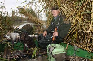 Jäger mit Flinte im Boot