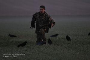 Jäger baut Lockbild aus beflockten Lockkrähen auf
