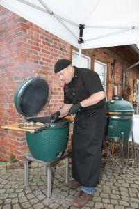 Koch bereitet Krähenbrüste auf dem Grill zu