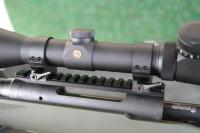 Detailaufnahme der Picatinnyschiene, mit der die Leupold-Optik auf der Savage Hog Hunter montiert ist.