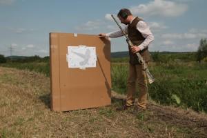 Beschossene Anschussscheibe, gut sichtbare Streuung der Schrotkugeln