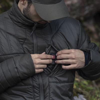 Die HEAT-Wärmefunktion wird per Knopfdruck in der Jacke aktiviert.