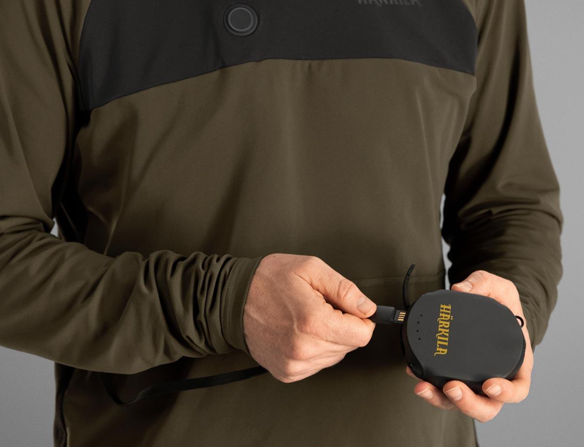 Foto, auf dem der USB-Anschluss eines Härkila-HEAT-Control-Produktes und eine Powerbank zu sehen sind.