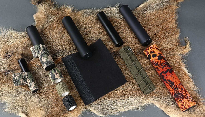 Tarnband für Schalldämpfertarnung sowie Schalldämpfer-Schutzhüllen zum Vergleich auf einer Wildschweinscharte angeordnet.
